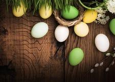 Uova di Pasqua Su fondo di legno Fotografie Stock Libere da Diritti