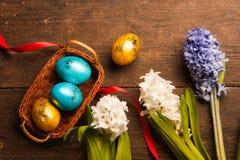 Uova di Pasqua Su fondo di legno immagini stock