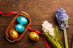 Uova di Pasqua Su fondo di legno immagine stock