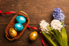 Uova di Pasqua Su fondo di legno immagine stock libera da diritti