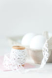 Uova di Pasqua su fondo di legno bianco con la busta rosa Immagini Stock