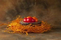Uova di Pasqua su fondo marrone Fotografie Stock