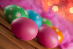 Uova di Pasqua Su fondo rosa Immagine Stock