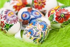 Uova di Pasqua Su fondo verde Fotografia Stock