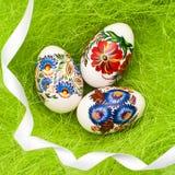 Uova di Pasqua Su fondo verde Fotografie Stock