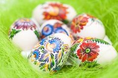 Uova di Pasqua Su fondo verde Fotografia Stock Libera da Diritti