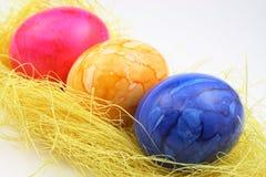 Uova di Pasqua su paglia Immagine Stock Libera da Diritti
