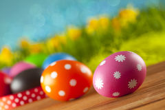 Uova di Pasqua su priorità bassa blu Fotografie Stock