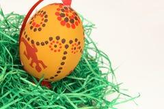 Uova di Pasqua su tappeto erboso sintetico Immagini Stock