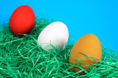 Uova di Pasqua su tappeto erboso sintetico Immagini Stock Libere da Diritti