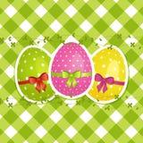 Uova di Pasqua Su un bordo verde del percalle Immagine Stock