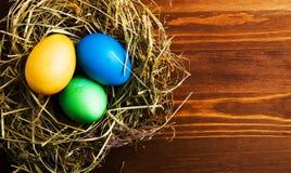 Uova di Pasqua Su un fondo di legno Uova di Pasqua del co differente Fotografia Stock Libera da Diritti