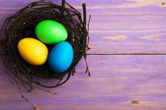 Uova di Pasqua Su un fondo di legno Uova di Pasqua del co differente Immagine Stock Libera da Diritti