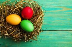 Uova di Pasqua Su un fondo di legno Uova di Pasqua del co differente Immagine Stock