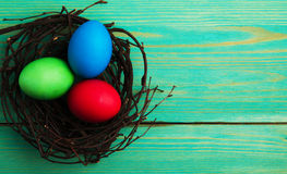 Uova di Pasqua Su un fondo di legno Uova di Pasqua del co differente Fotografia Stock