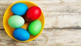 Uova di Pasqua Su un fondo di legno Uova di Pasqua del co differente Immagini Stock Libere da Diritti