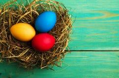 Uova di Pasqua Su un fondo di legno Uova di Pasqua del co differente Fotografie Stock