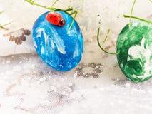 Uova di Pasqua su un fondo leggero Il concetto di Pasqua immagini stock