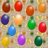 Uova di Pasqua su un modello del fondo con le foglie di acero Immagine Stock