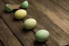 Uova di Pasqua su una plancia Fotografia Stock Libera da Diritti