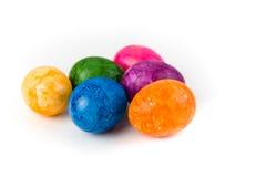 Uova di Pasqua Su una priorità bassa bianca Immagine Stock