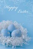 Uova di Pasqua Su una priorità bassa blu Fotografia Stock