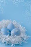 Uova di Pasqua Su una priorità bassa blu Fotografia Stock Libera da Diritti