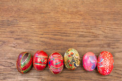 Uova di Pasqua su una vecchia tavola di legno Fotografie Stock
