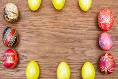 Uova di Pasqua su una vecchia tavola di legno Immagini Stock