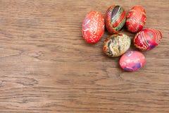 Uova di Pasqua su una vecchia tavola di legno Fotografia Stock Libera da Diritti