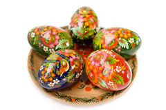 Uova di Pasqua Su una zolla su bianco Fotografia Stock
