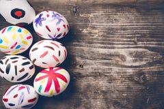 Uova di Pasqua sui bordi anziani Immagini Stock