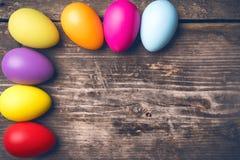 Uova di Pasqua sui bordi anziani Immagini Stock Libere da Diritti