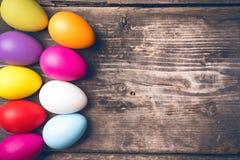 Uova di Pasqua sui bordi anziani Fotografie Stock