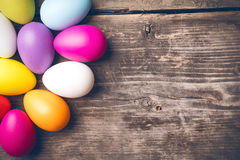 Uova di Pasqua sui bordi anziani Fotografia Stock