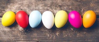 Uova di Pasqua sui bordi anziani Immagine Stock Libera da Diritti