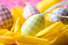 Uova di Pasqua Sui petali gialli del tulipano Fotografia Stock Libera da Diritti