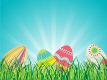 Uova di Pasqua sui vetri con il fondo del cielo blu Fotografia Stock Libera da Diritti