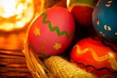 Uova di Pasqua Sul cestino Fotografia Stock Libera da Diritti