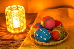 Uova di Pasqua Sul cestino Immagine Stock