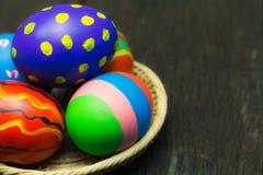 Uova di Pasqua Sul cestino Immagini Stock