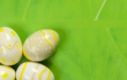 Uova di Pasqua Sul foglio Fotografie Stock