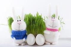 Uova di Pasqua sul fondo dell'erba verde con i conigli Fotografia Stock