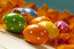 Uova di Pasqua sul fondo della piuma Fotografie Stock Libere da Diritti