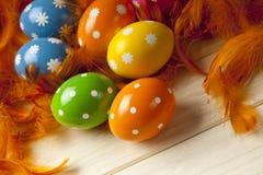Uova di Pasqua sul fondo della piuma Fotografia Stock