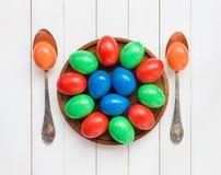 Uova di Pasqua sul piatto di legno immagini stock