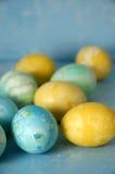 Uova di Pasqua sull'azzurro Fotografie Stock