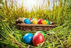 Uova di Pasqua sull'erba Fotografia Stock Libera da Diritti