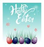 Uova di Pasqua sull'erba e sui fiori Illustrazione di vettore Bella iscrizione Pasqua felice Immagini Stock