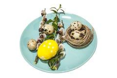 Uova di Pasqua sull'immagine del piatto con il percorso di ritaglio Immagini Stock